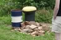 An alles gedacht: Holzplättchen als Unterleger für den Seitenständer.