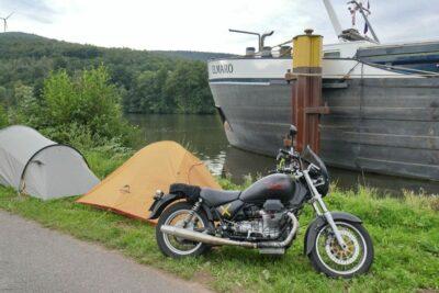 Meine Jackal mit Badehose und mein kleines Zelt.