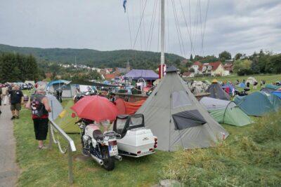 Zeltplatz mit Collenberg im Hintergrund.