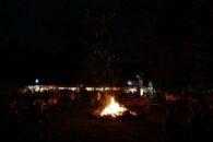 Die Festhalle und das große Lagerfeuer.
