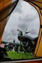 Blick morgens aus dem Zelt: Dicke Wolken aber trocken.